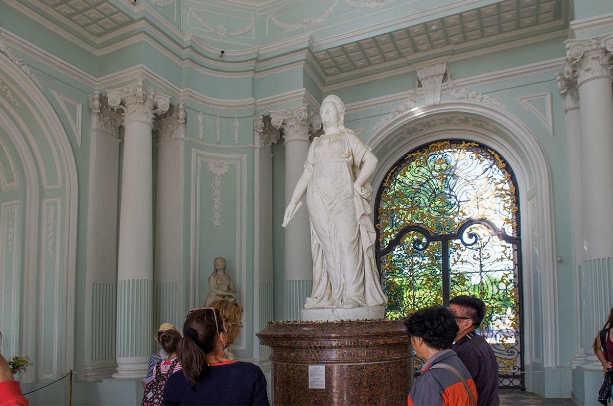 Мраморная статуя Екатерины Великой внутри Грота в Царском селе заняла место скульптурного изображения сидящего в кресле Вольтера.