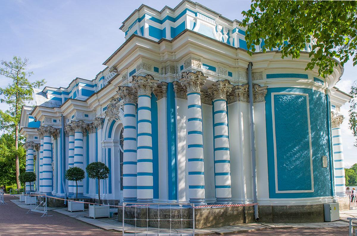 Павильон Грот в Царском селе поражает гармоничным сочетанием архитектурных элементов и подходящих друг другу расцветок.