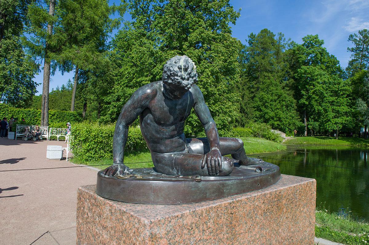 На правой оконечности набережной возле Грота в Царском селе можно видеть скульптуру Умирающий галл, имеющую длинную историю.