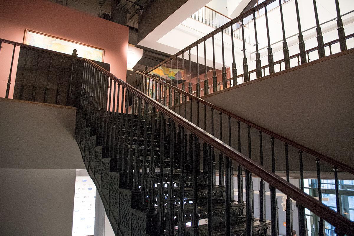 Помимо лестницы с чугунными литыми деталями институт русского реалистического искусства оборудован и пассажирским подъемником.