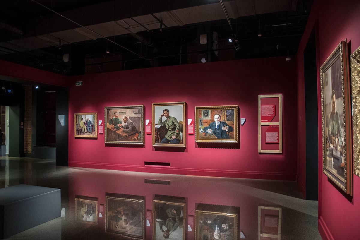 Стены помещений с послереволюционными произведениями институт русского реалистического искусства окрасил ярким цветом.