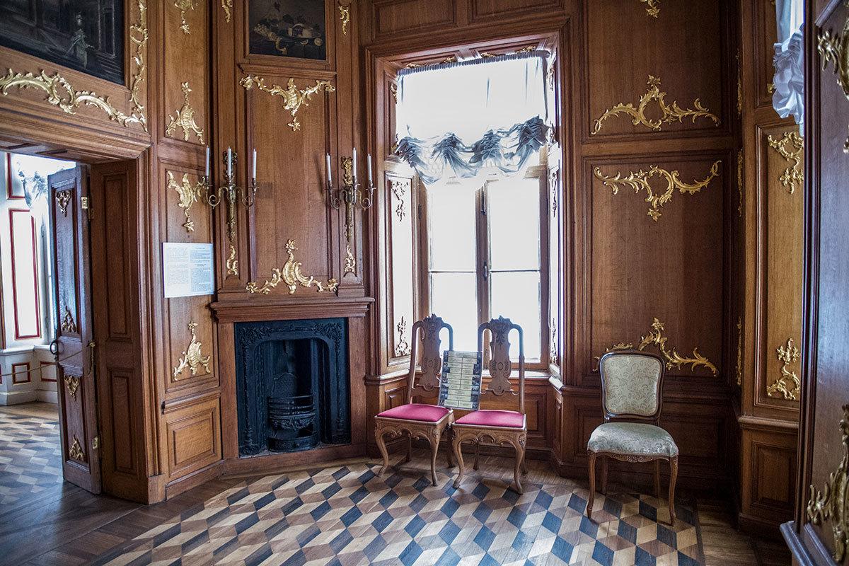 Дубовый кабине Итальянского домика действительно обшит этой древесиной, украшенной позолоченными вставками.