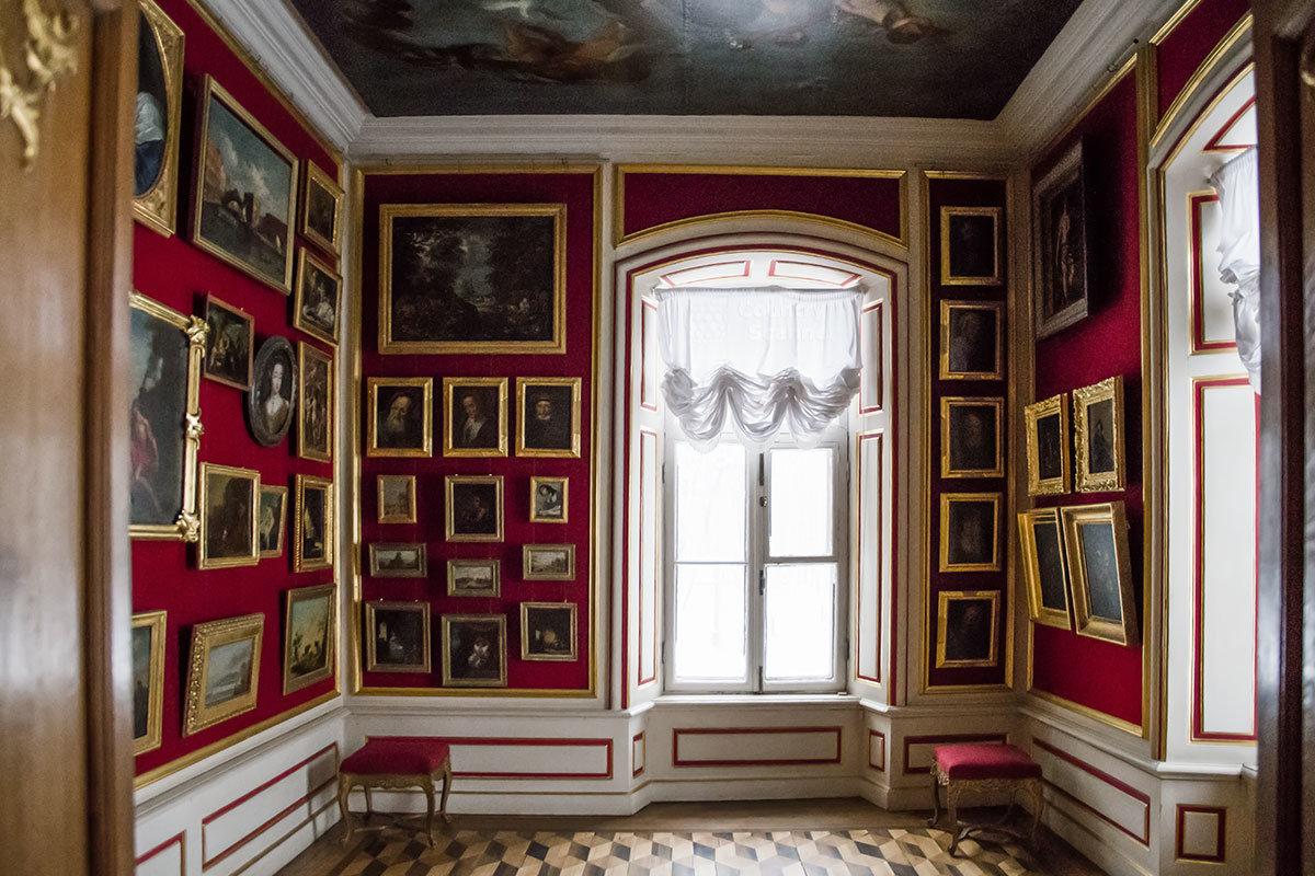Итальянский домик в своей картинной галерее, с росписью на потолке, представляет ряд очень ценных живописных полотен.