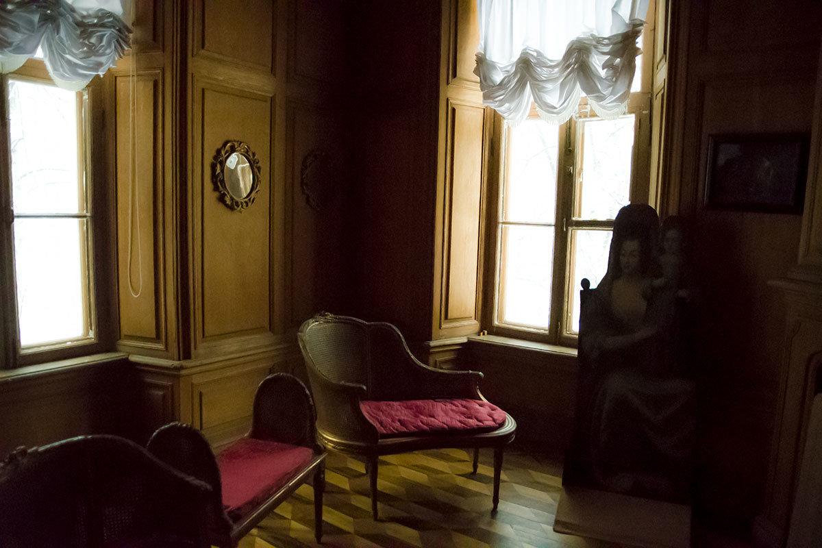 Дубовый кабинет с деревянной обшивкой – первая после лестницы комната второго этажа Итальянского домика.
