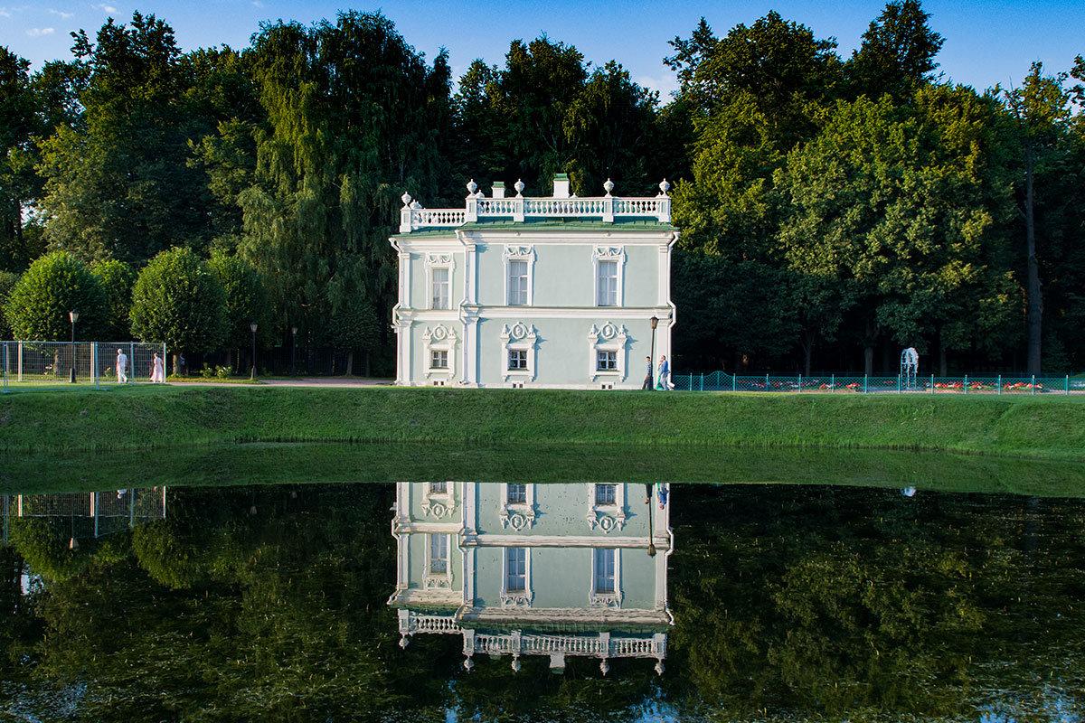 Зеркально отраженный в водной глади Итальянский домик – отличное фото на память об усадьбе Кусково.