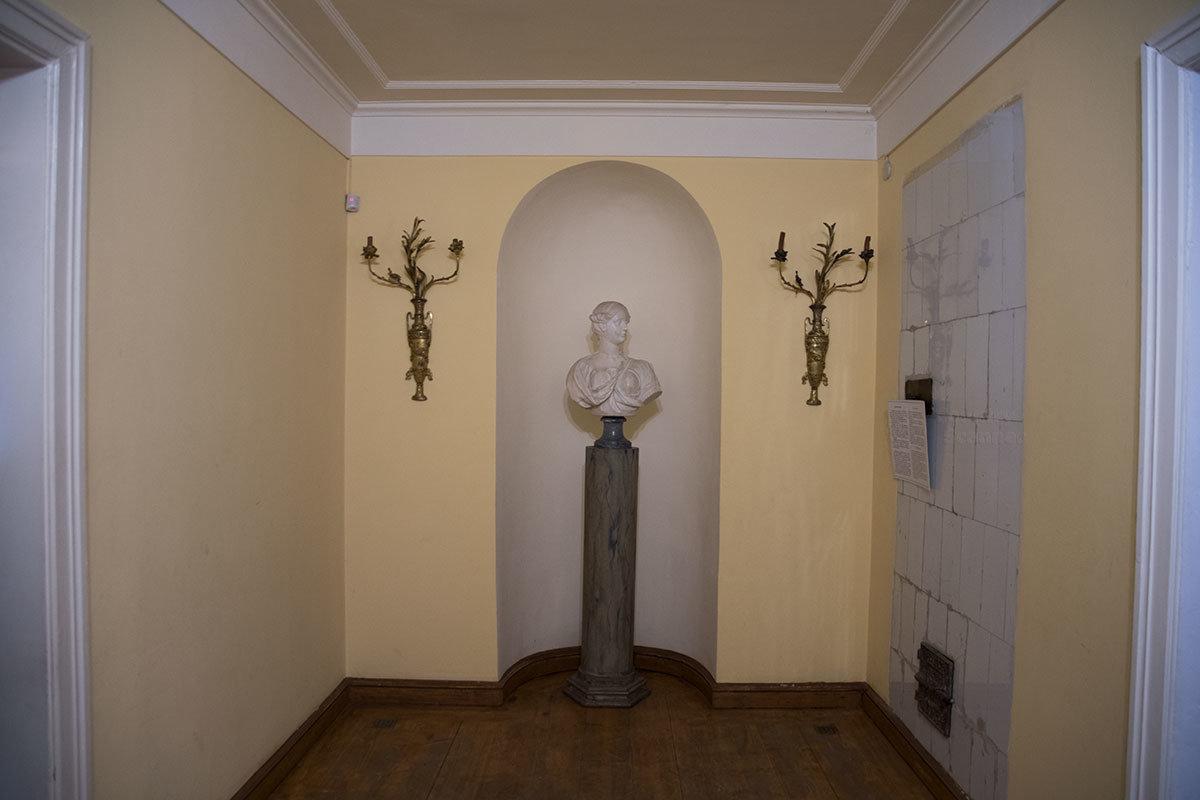 Холл перед прихожей Итальянского домика украшен бронзовыми стенными подсвечниками и женским бюстом на постаменте.
