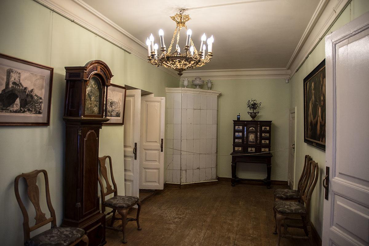 Итальянский домик выставляет в своей прихожей несколько любопытных экспонатов, от большой картины до старинных часов.