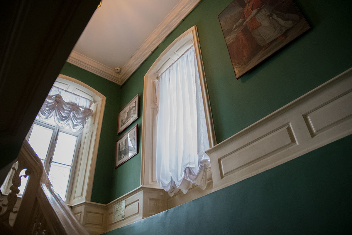 Преодолевая лестницу Итальянского домика, попадаешь в помещения с гораздо более высокими потолками.