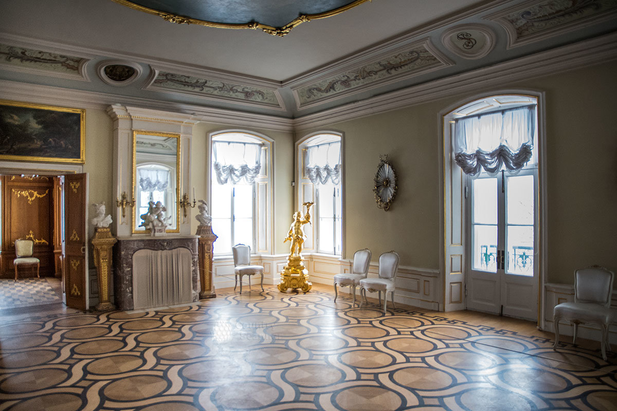 Балетный зал Итальянского домика имеет несколько дверей на застекленную веранду, поэтому залит солнечным светом.