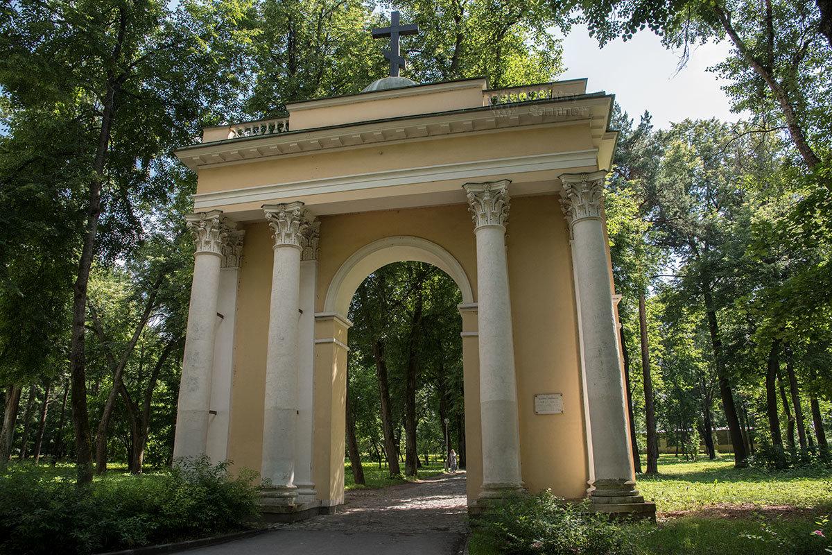 Святые ворота в начале аллеи, приводящей в храм Архангела Михаила в Архангельском, построены по проекту архитектора Тюрина.
