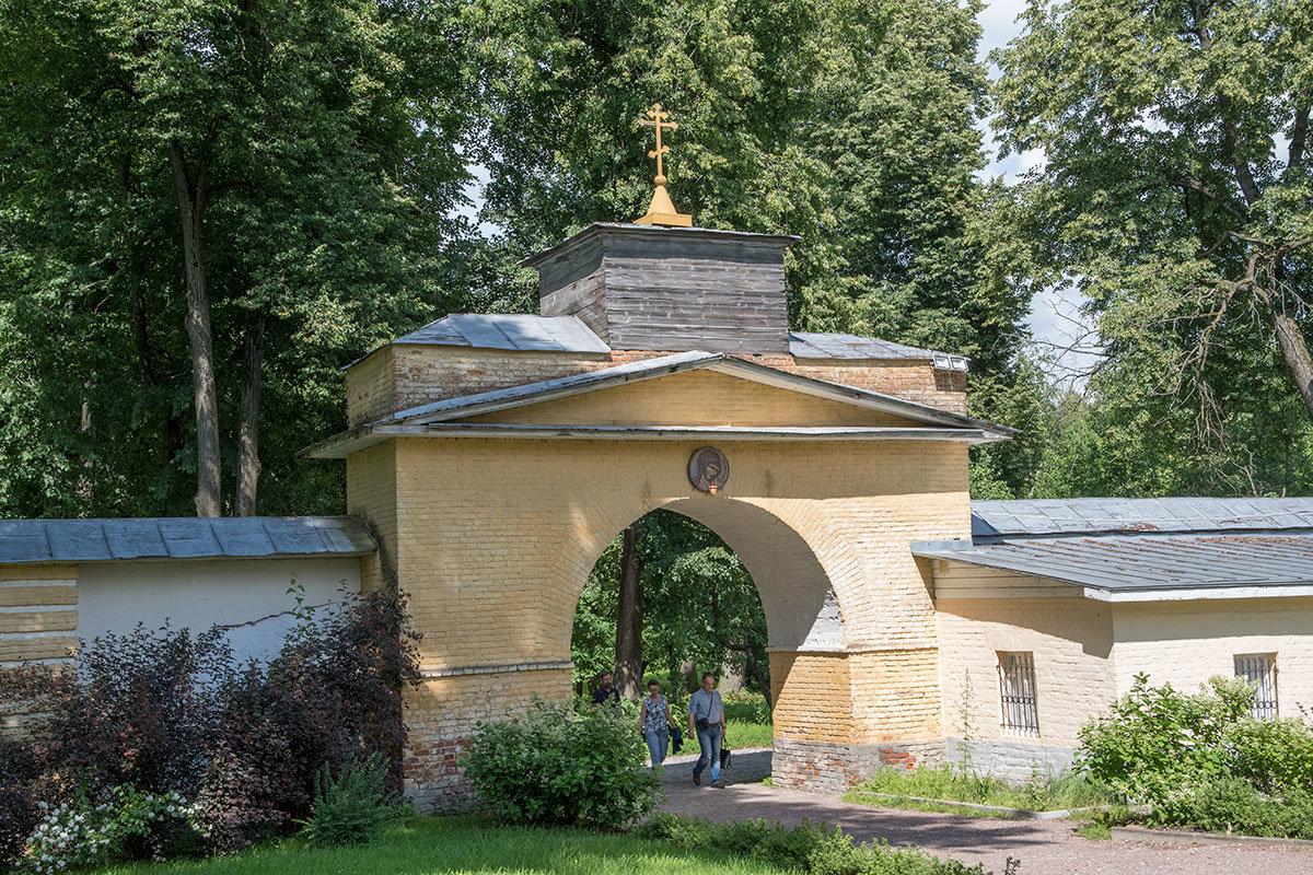 Глинобитная ограда с башенками по флангам и арочным проходом, ведущим непосредственно в храм Архангела Михаила в Архангельском.