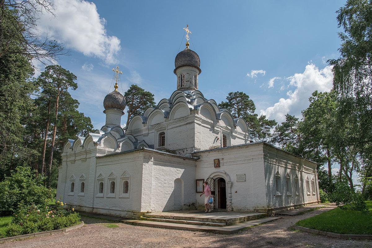 Вид на храм Архангела Михаила в Архангельском с северо-запада показывает огненные купола этой церкви во всей их красе.