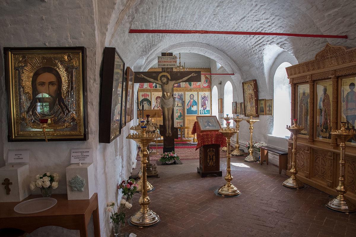 Южный придел храма Архангела Михаила в Архангельском посвящен Иоанну Крестителю, здесь находится большое распятие.