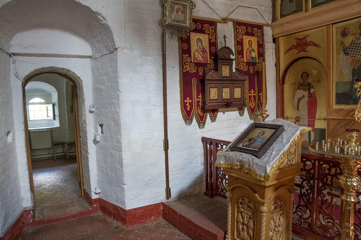 На аналое в левой части пространства перед главным иконостасом храма Архангела Михаила в Архангельском выложена икона Архистратига.