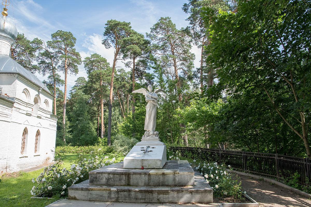 С южной стороны храма Архангела Михаила в Архангельском находится захоронение княжны Юсуповой с памятником Ангел смерти работы Антокольского.