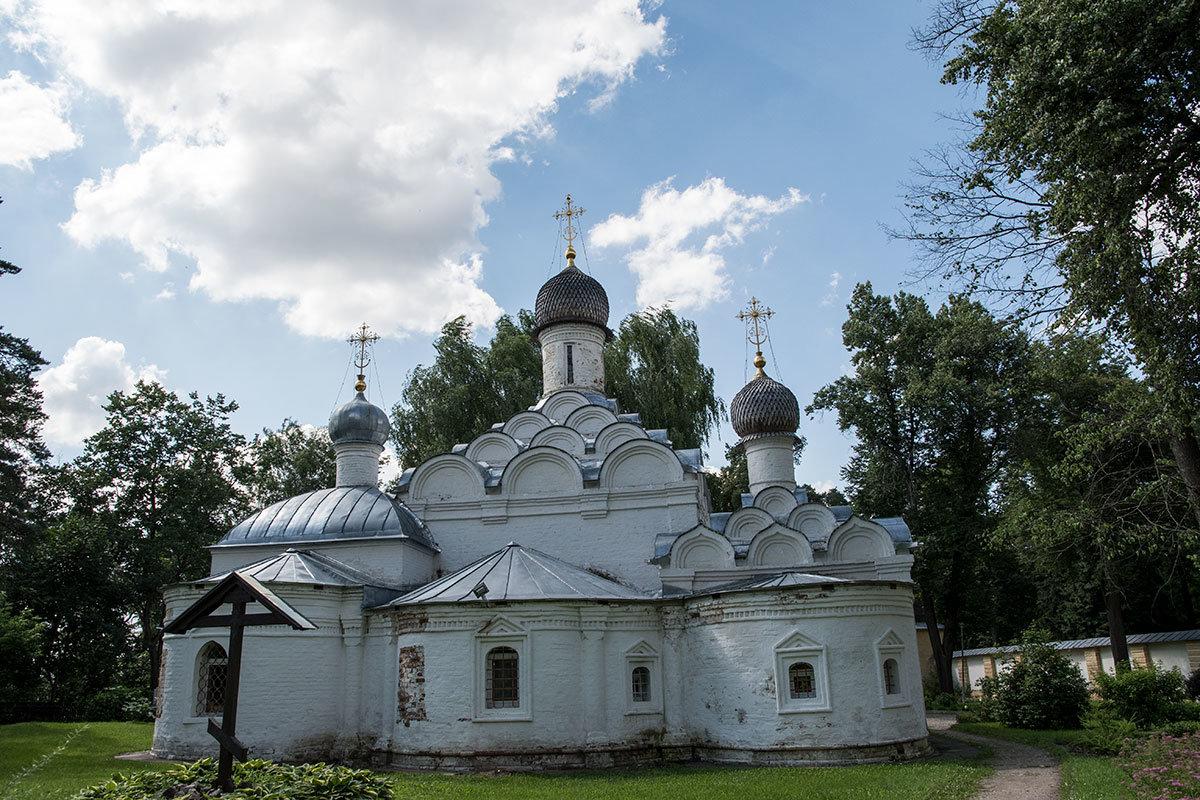 Восточная сторона храма Архангела Михаила в Архангельском, с необычной тройной апсидой и Поклонным крестом на месте утраченных захоронений.