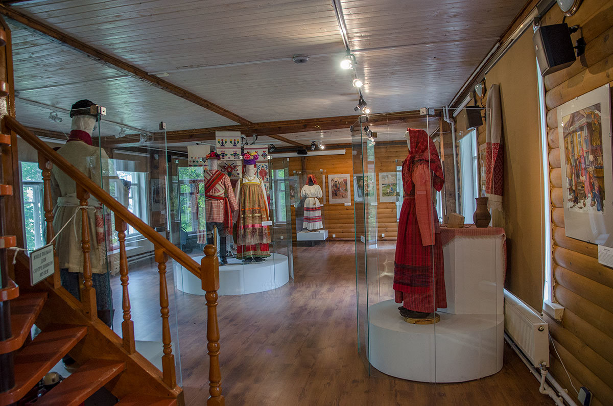 Выставочный зал Каменной кладовой над оврагом демонстрирует повседневные и праздничные костюмы, картины народного быта.