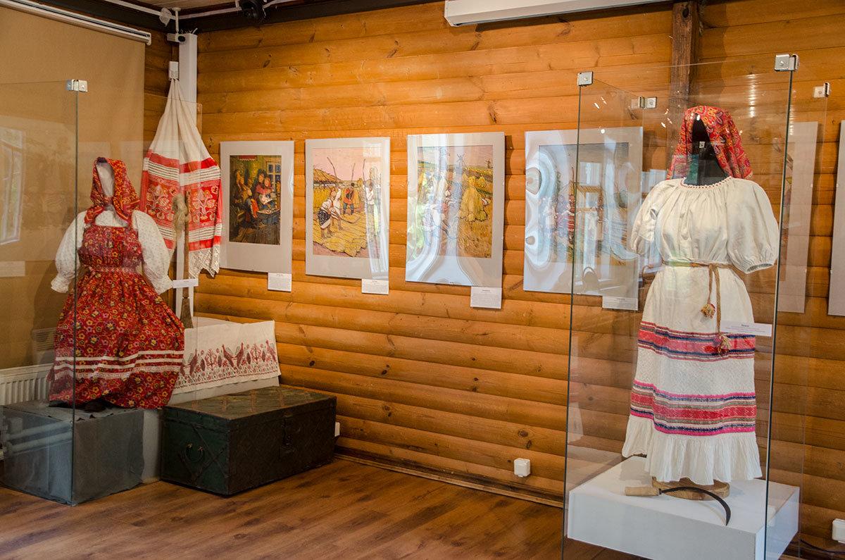 На примере женских народных одеяний Каменная кладовая над оврагом показывает сходство праздничного и рабочего костюмов.