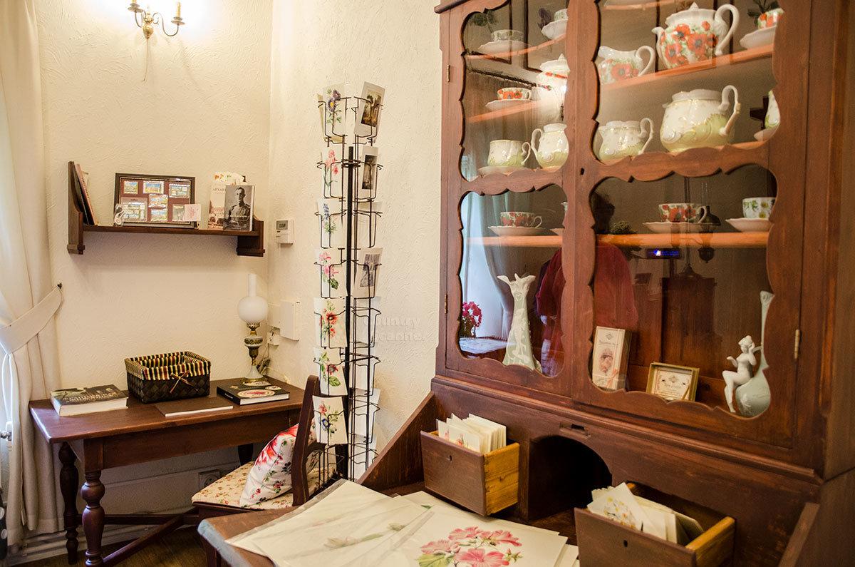 Помимо качественной полиграфии и текстиля, сувенирная лавка в Каменной кладовой над оврагом предлагает и фарфоровую посуду.