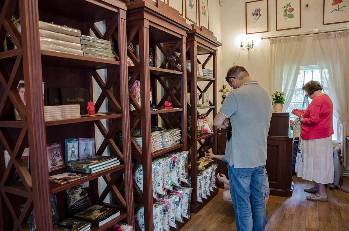 Сувенирная лавка, которую приютила Каменная кладовая над оврагом, предлагает ассортимент высококачественных товаров.