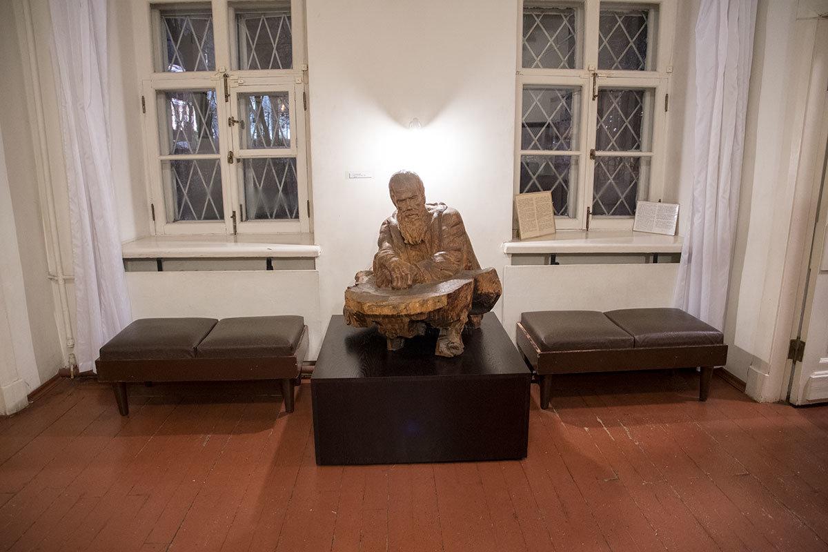 Перед основной экспозицией музей Достоевского демонстрирует деревянную скульптуру великого писателя и философа работы Сергея Коненкова.
