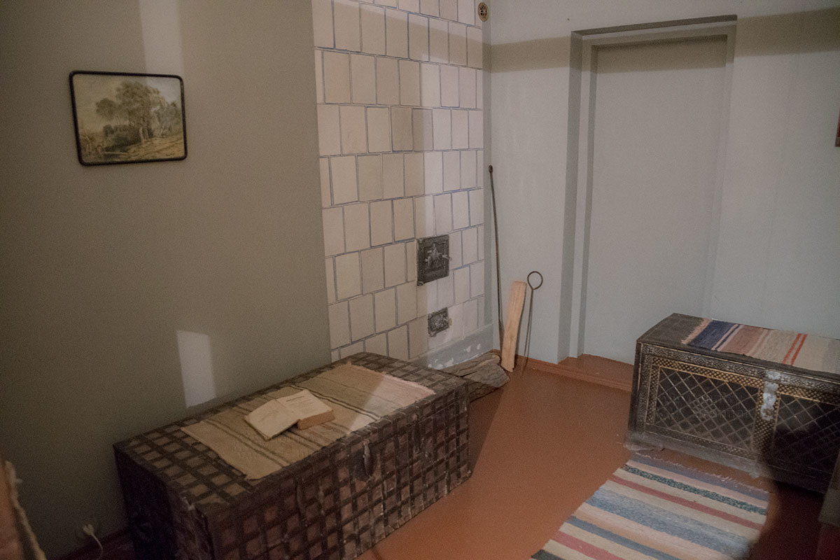 Спальные сундуки старших сыновей музей Достоевского оставил там, где они были при проживании семейства.