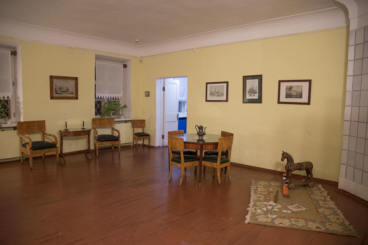 Представленная музеем Достоевского самая большая комната мемориальной квартиры, которую жильцы называли залом.