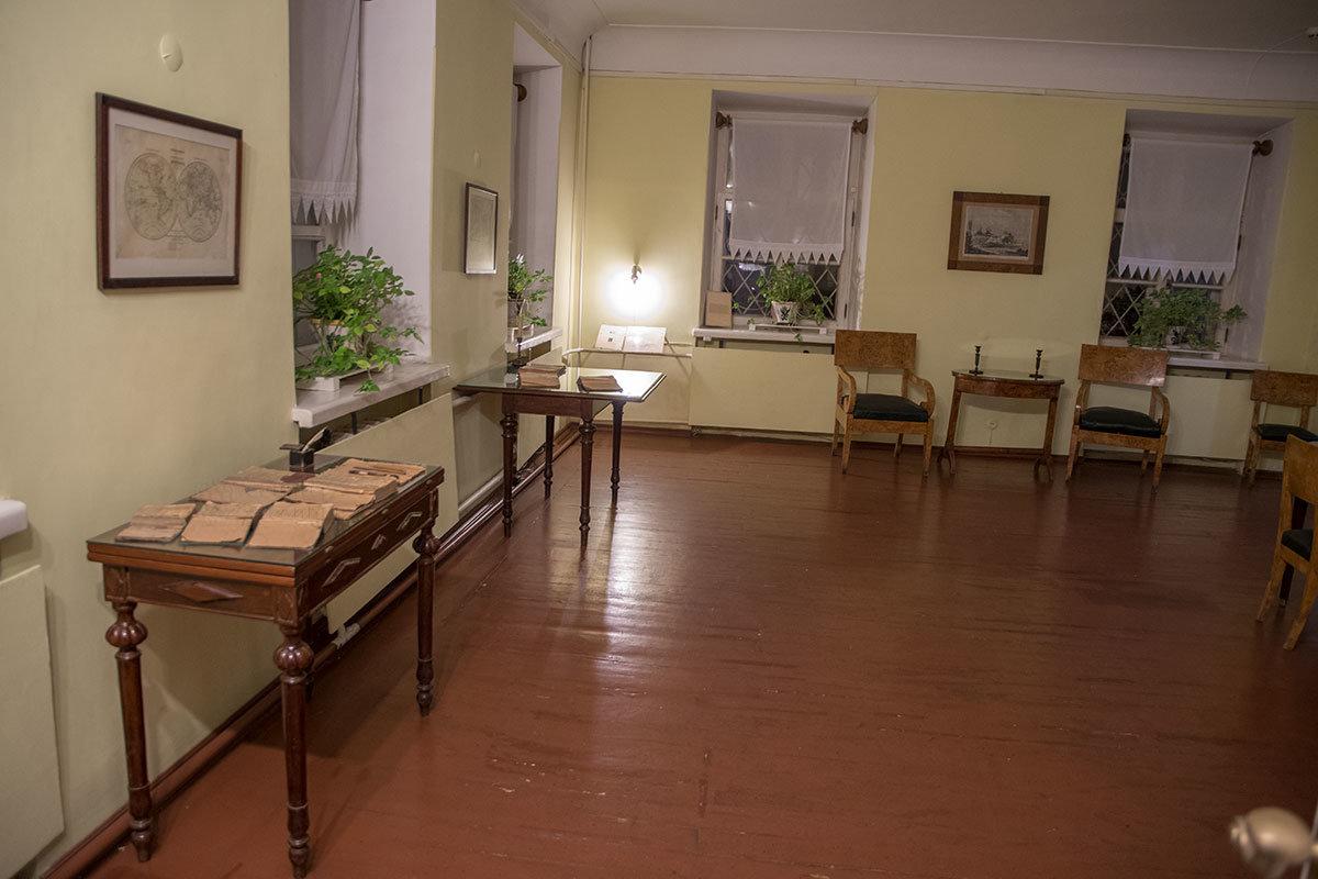 Другой ракурс большого зала, где музей Достоевского сохранил потрепанные школьные учебники и другие подлинные предметы.