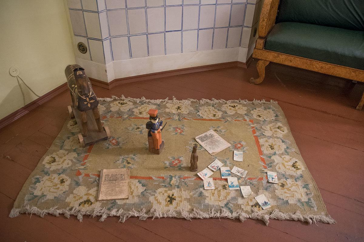 Детский уголок в семейном зале музей Достоевского сохранил в прежнем месте, возле нагретой стенки отопительной печи.
