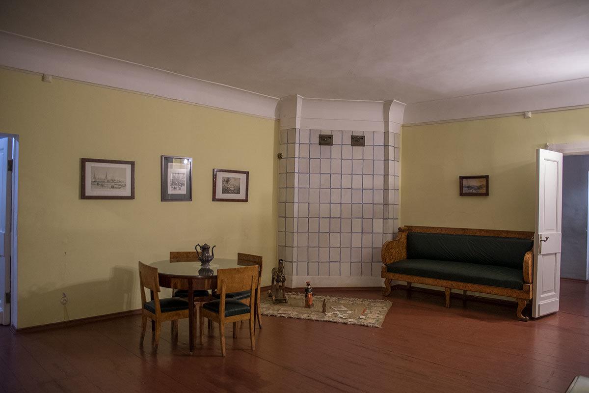 Отопительная печь, просторный диван и детские игрушки в экспозиции музея Достоевского
