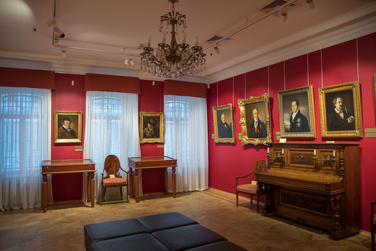 Музей Тропинина представляет в числе прочих автопортрет художника, с которого выполнена встречающая посетителей работа.