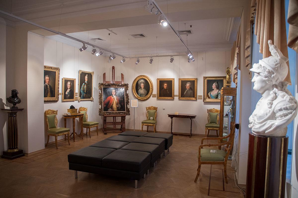 Екатерину Великую музей Тропинина представляет портретом в профиль работы Рокотова и бюстом неизвестного скульптора.