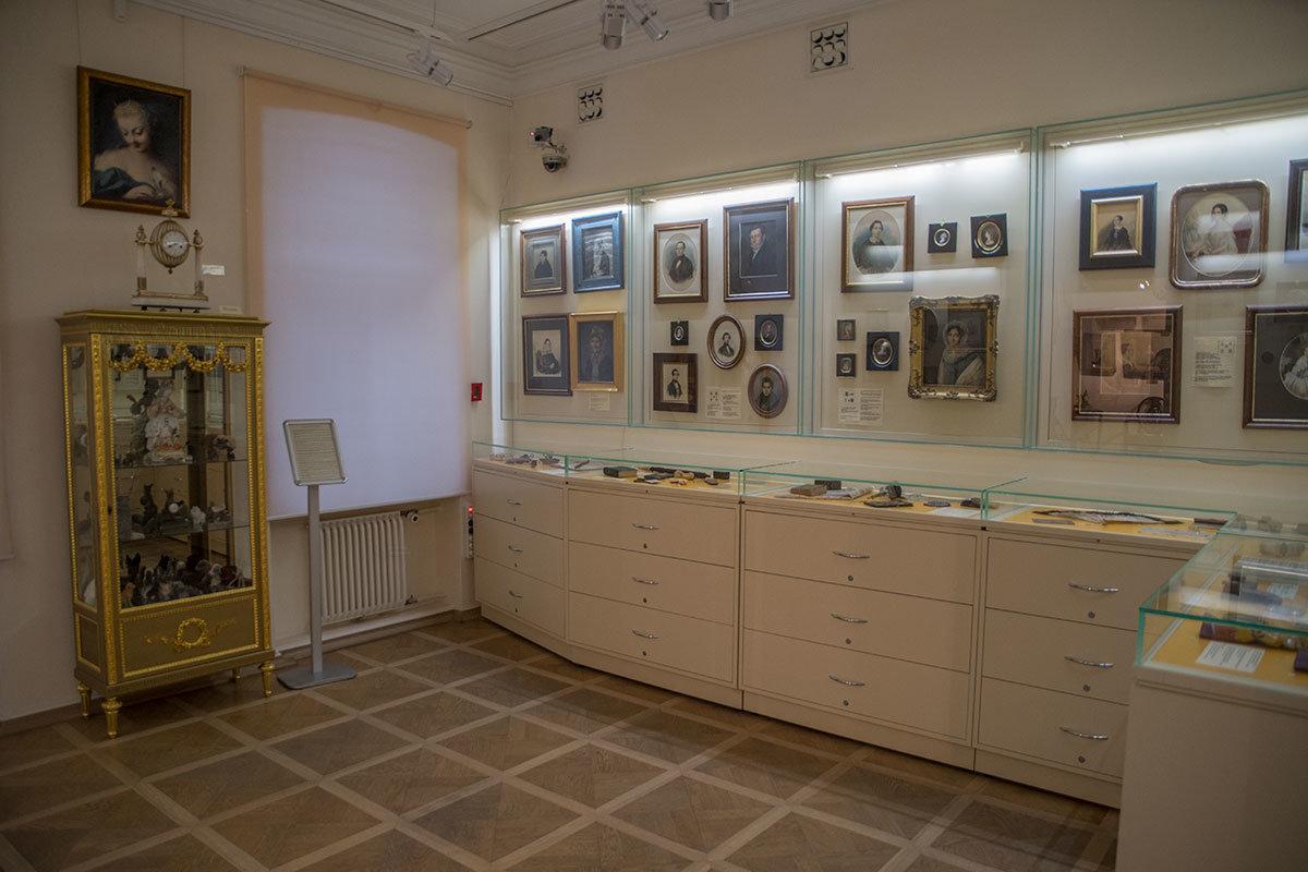 Зал временных выставок музея Тропинина разместил коллекцию антиквара и любителя искусств Светланы Антоновой.