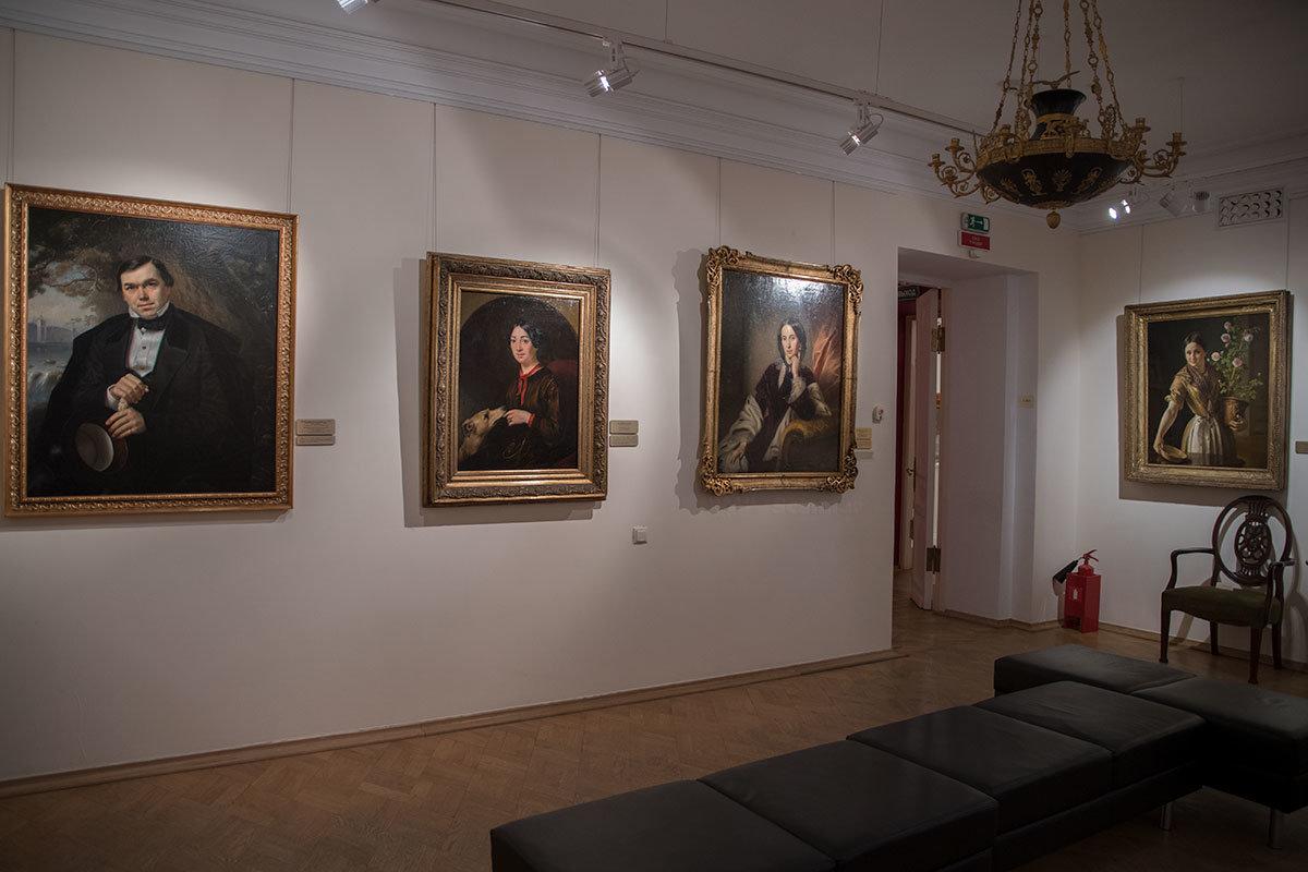 В заключительном зале музей Тропинина выставил одну из его лучших позднейших работ – Девушку с горшком роз.
