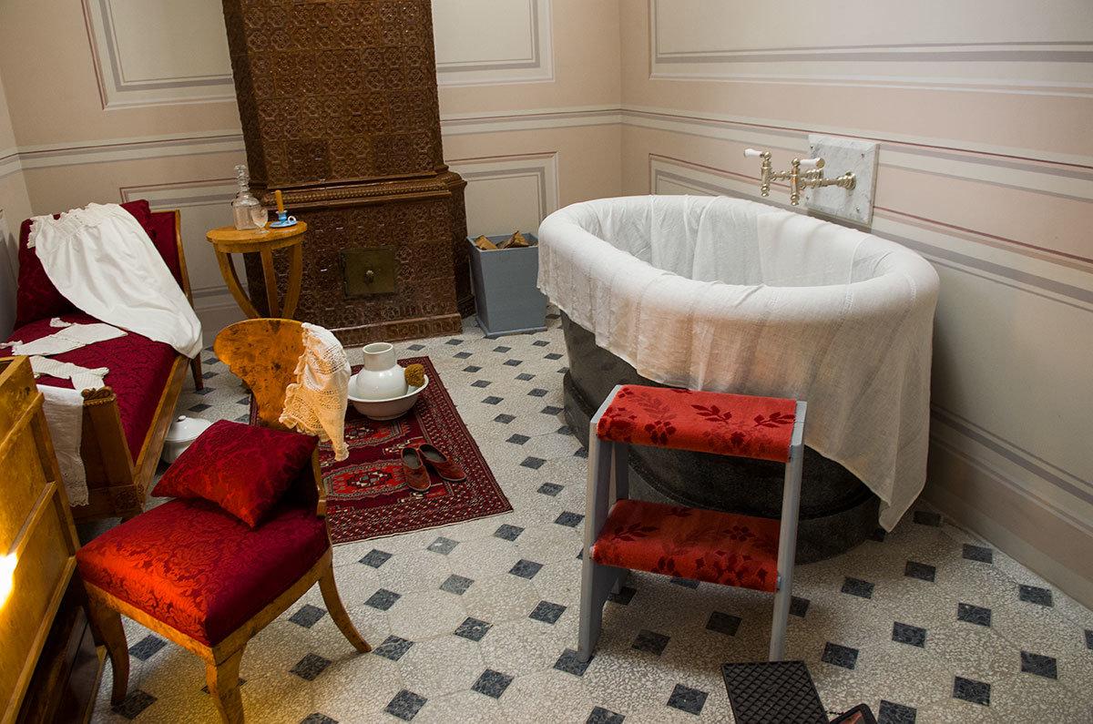 Женское помывочное отделение – самое меблированное помещение из всех имеющихся в павильоне Нижняя ванна.