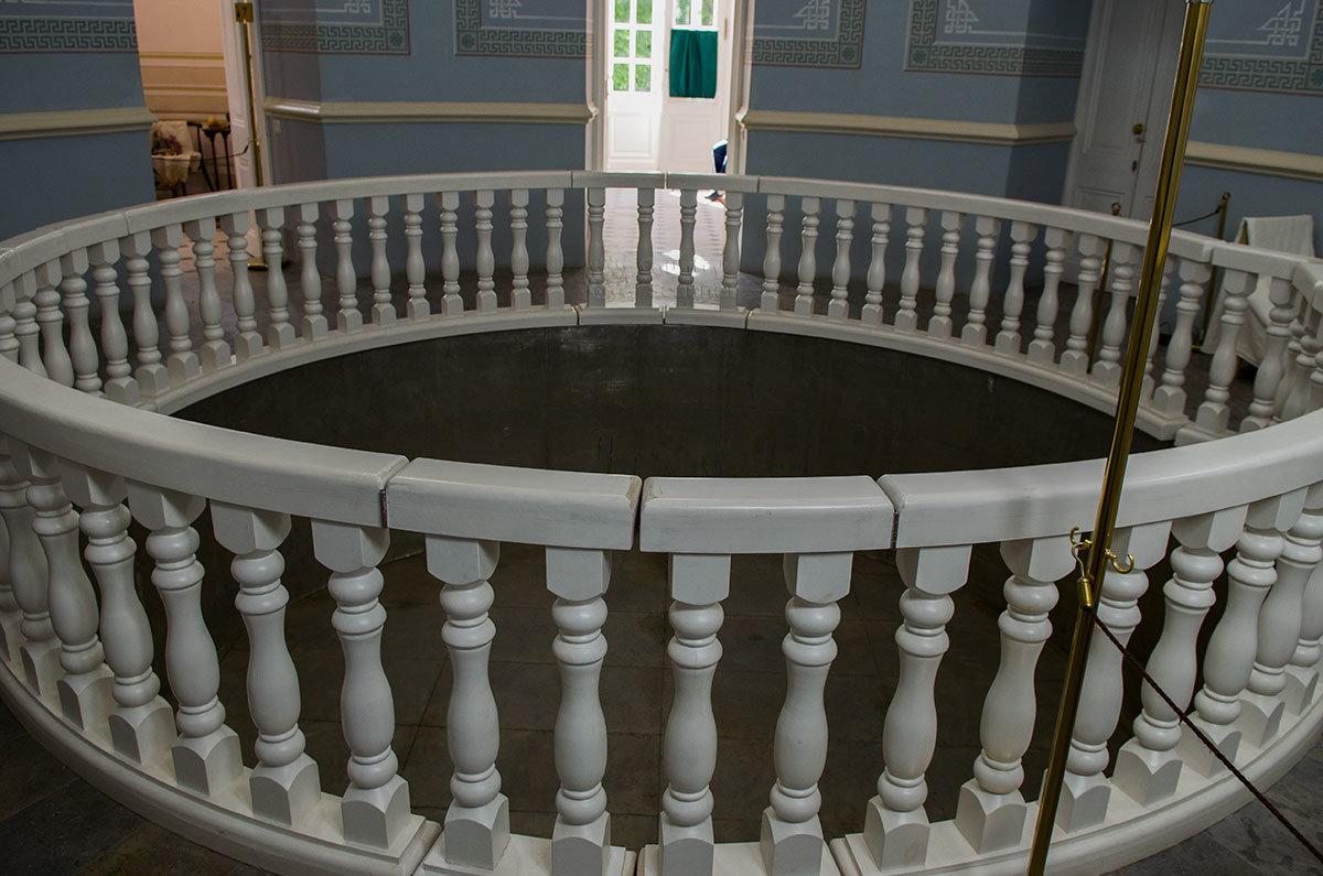 Центральное помещение павильона Нижняя ванна содержит круговую балюстраду из мрамора, окружающую место установки бассейна.