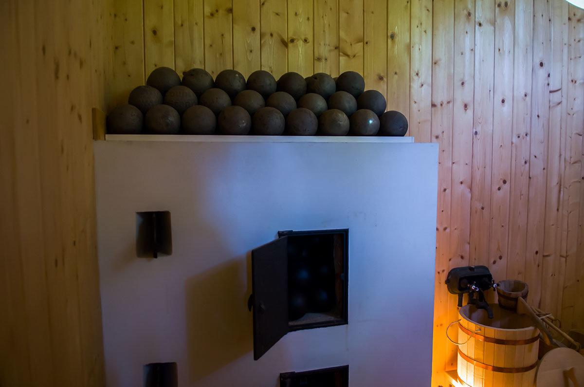 Чугунные ядра в парилке павильона Нижняя ванна используются взамен традиционных речных валунов, которые трескаются.