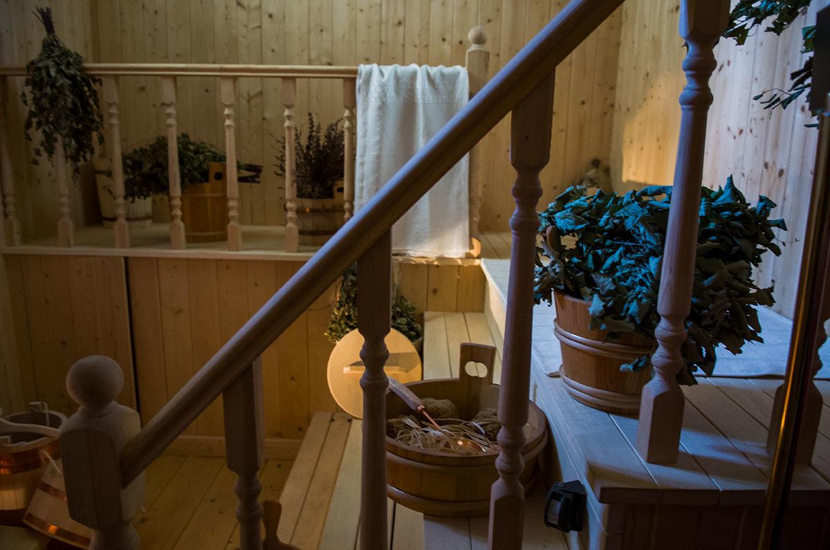 Лесенки и полок, перила и балюстрада в парной павильона Нижняя ванна изготовлены из липовой древесины.
