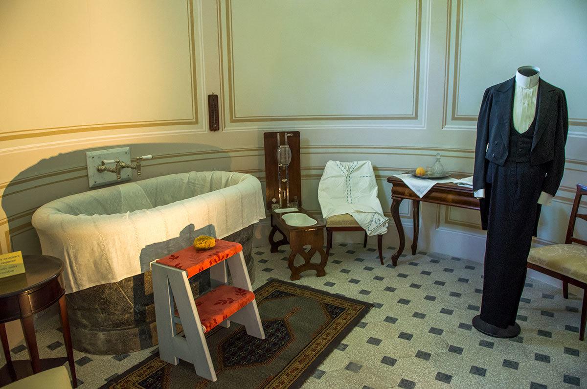 Мозаичный пол и неброская отделка стен характерны для всех помывочных павильона Нижняя ванна, в том числе мужского.