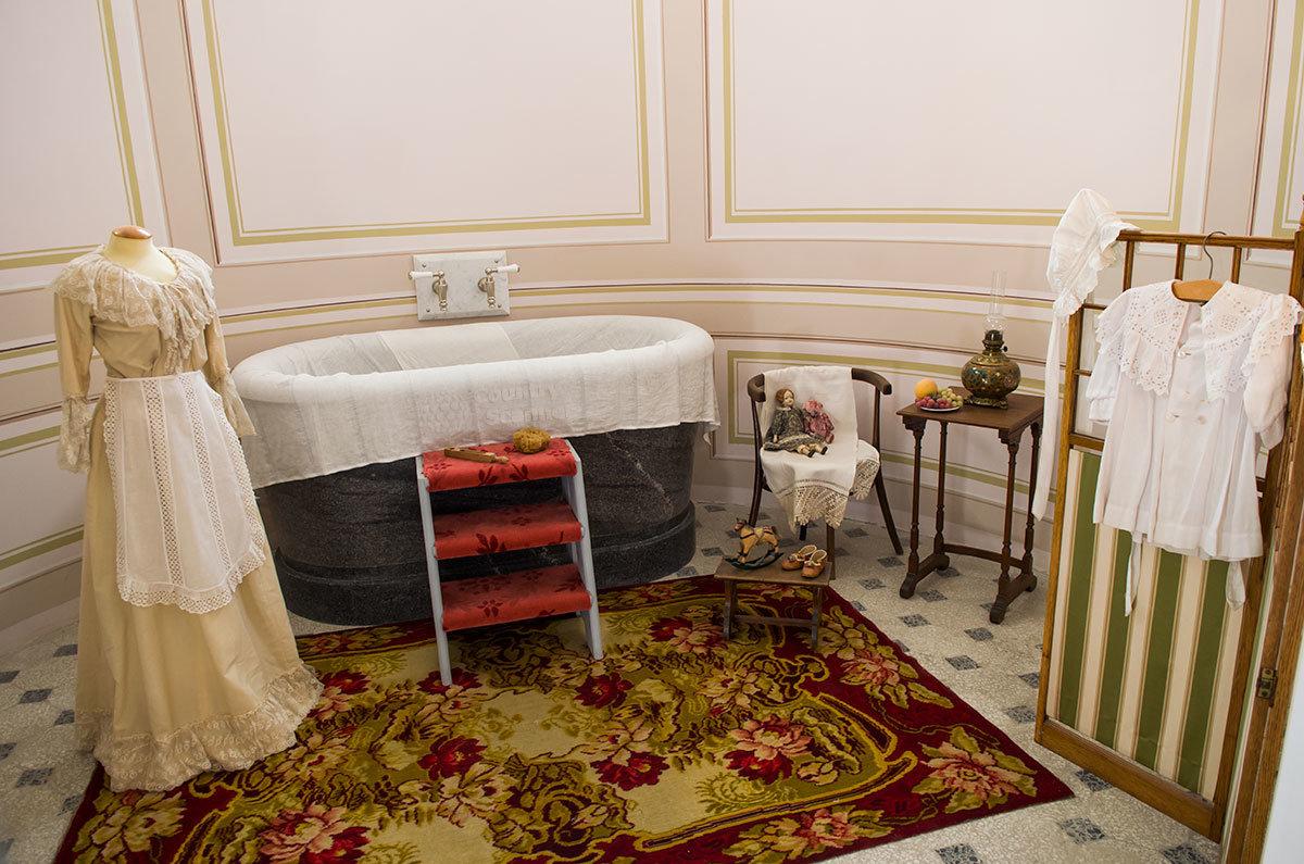 Нижняя ванна предусматривала и детское отделение, где малышей мыла обученная банщица либо мать или родственница.