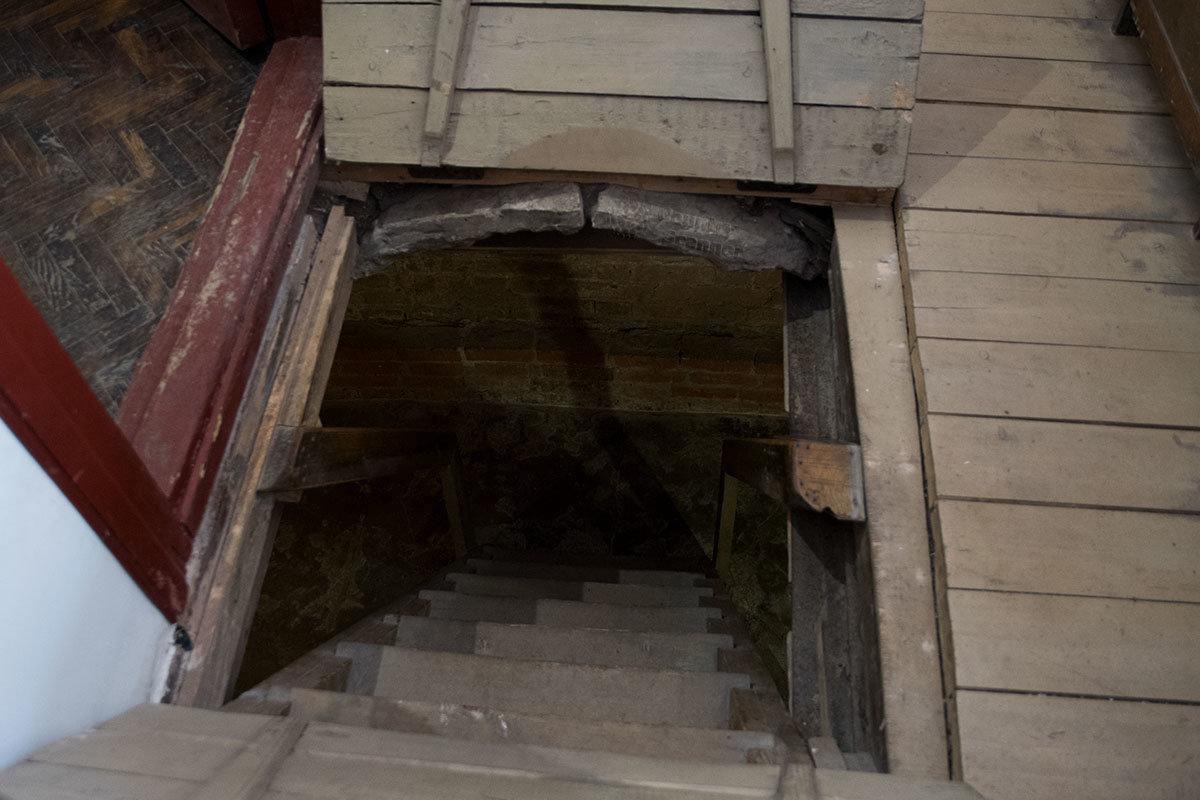 Дальнейшее приближение к замаскированной подпольной типографии проходит через спуск по лестнице в подвальное помещение.