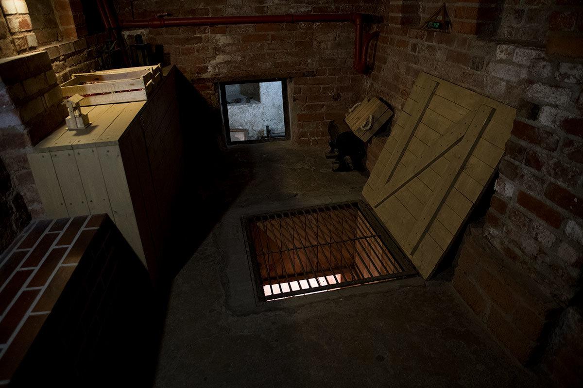 Подземный ход, по которому ползком попадали в подпольную типографию, начинался от закрытого решеткой лаза.