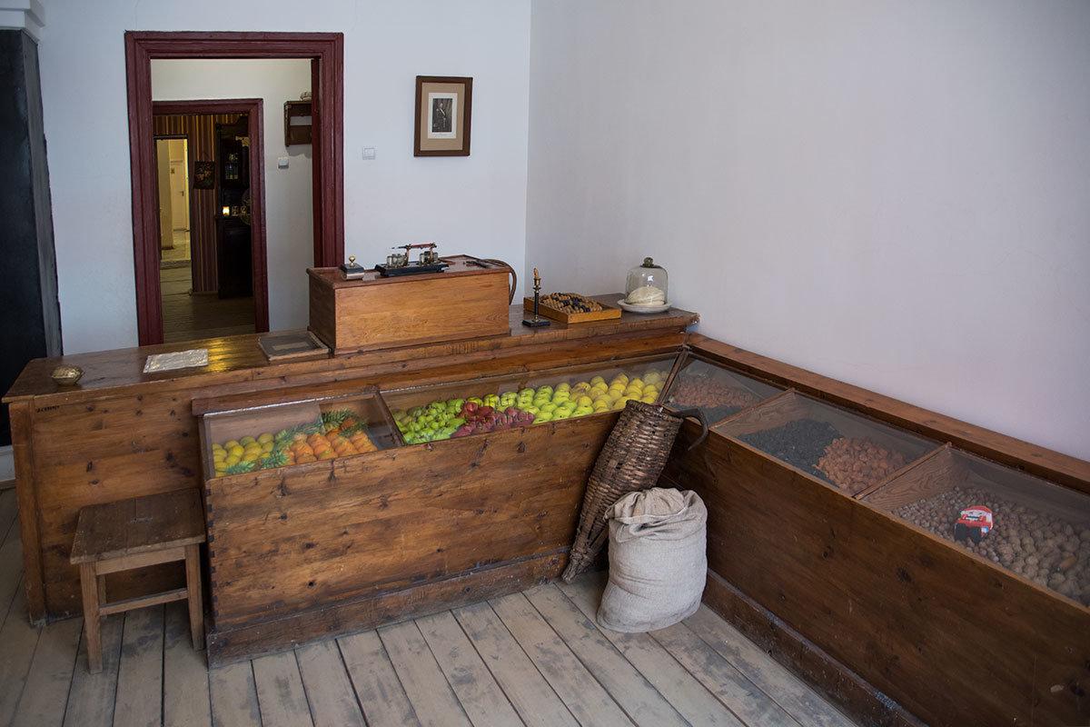 Подпольная типография была замаскирована магазином по продаже фруктов и сыра, торговля здесь была прикрытием нелегальной деятельности.