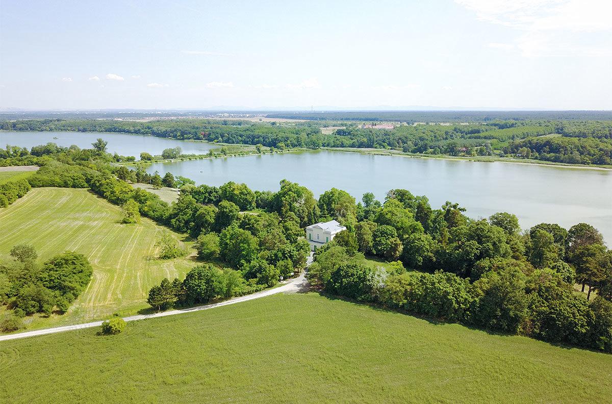 На высотной фотографии виден расположенный возле водоема прудовый замок, разделительная дамба и оба берега Ледницких рыбников.