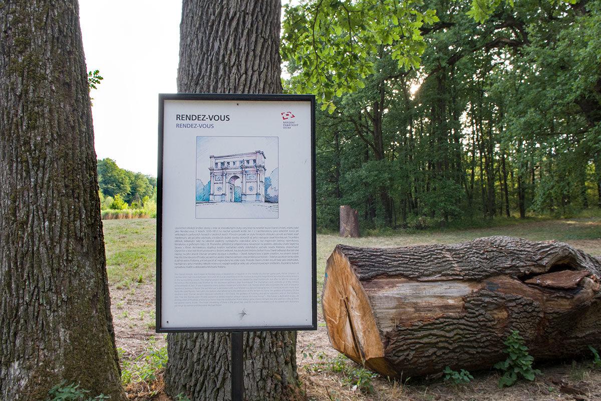 Информационный плакат с изображением храма Дианы – Рандеву и исторической справкой об этом объекте на двух языках.