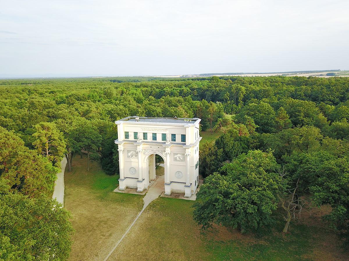 Вид на храм Дианы с северного направления, где в нескольких километрах отсюда находится замок Леднице.