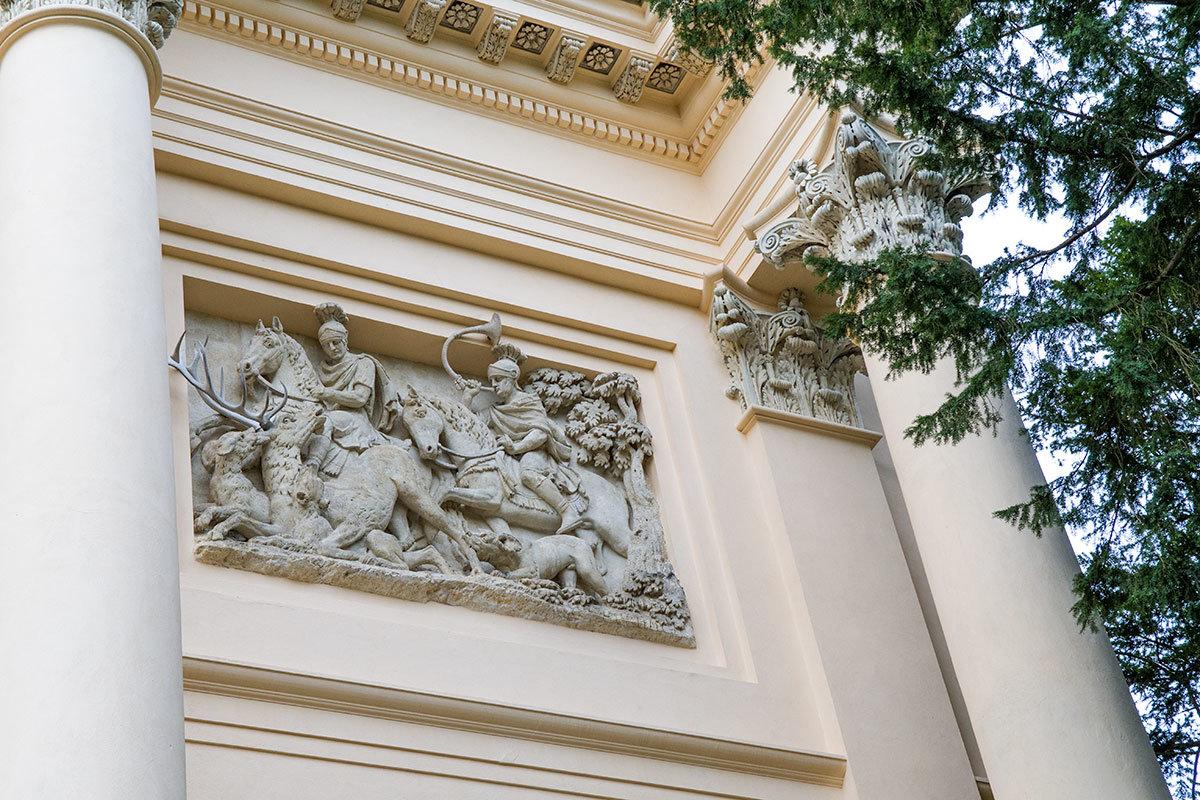 Горельеф на стене храма Дианы демонстрирует эпизод загонной охоты на оленя с использованием обученных собак.