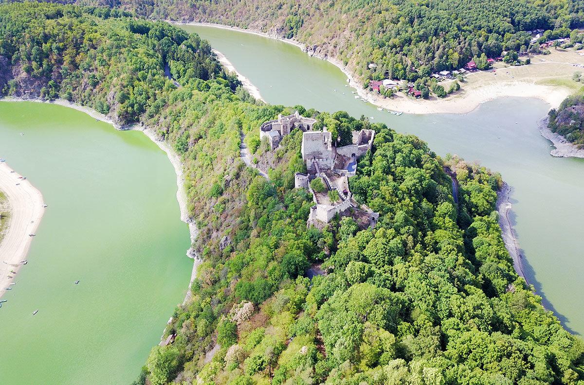 Расположенный среди причудливых изгибов речного русла замок Корнштейн с высоты выглядит особенно живописно.