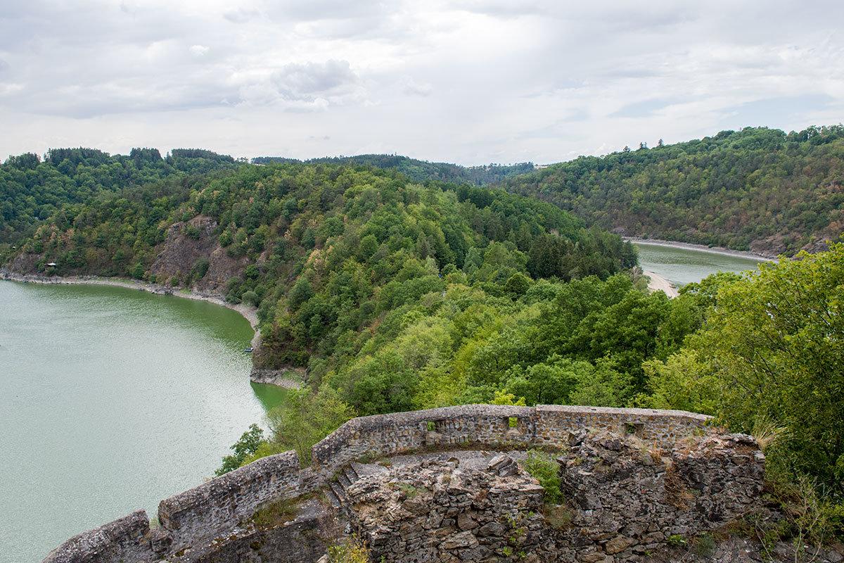 Сохранившиеся крепостные стены, окружающие замок Корнштейн, позволяли оборонять цитадель на любом направлении.