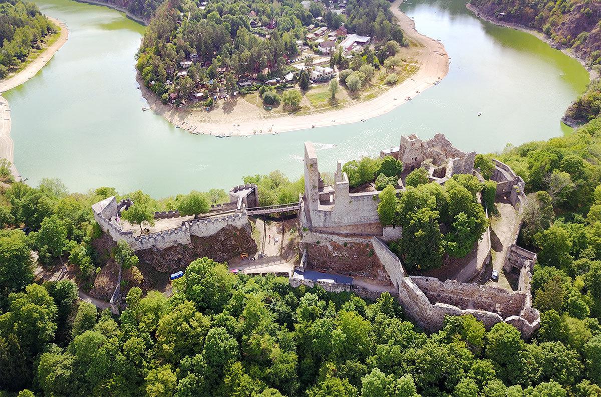 Замок Корнштейн с высоты выглядит немного хаотично, его планировка определялась профилем вершины возвышенности на берегу реки.